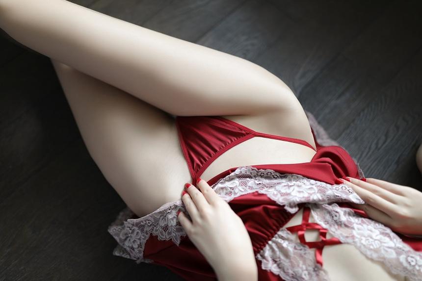 깊은 가슴골이 돋보이는 가슴 트임 섹시 슬립
